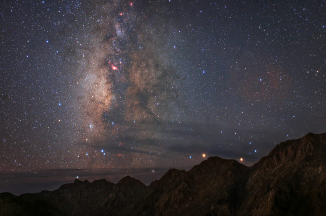 JFD200041S © Stocktrek Images, Inc. Diffuse starlight and dark nebula over Mount Balang in China.