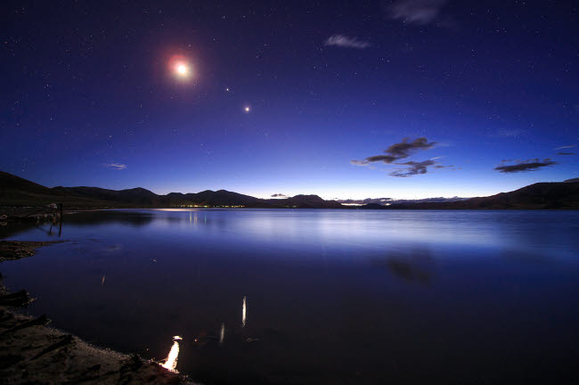 JFD200053S © Stocktrek Images, Inc. Conjunction of the moon, Jupiter and Venus above Yamdrok Lake in Tibet, China.